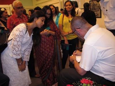 [:en]Signing the book[:he]חותם על ספרים