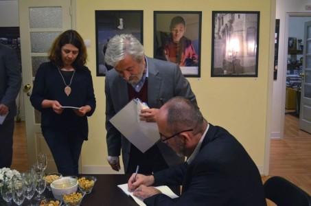 [:en]Signing the book[:he]חתימה על הספר